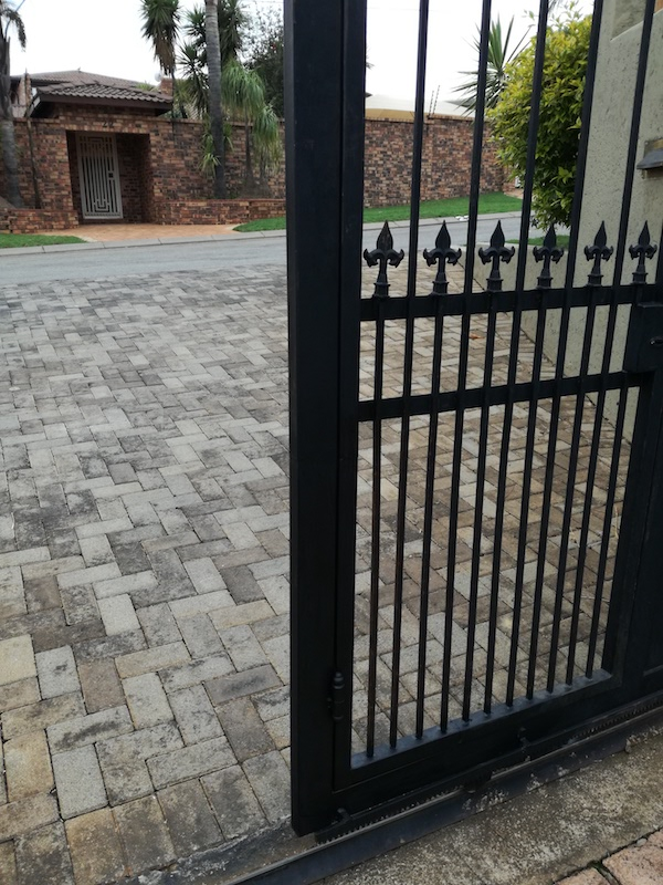 motorised gate installation